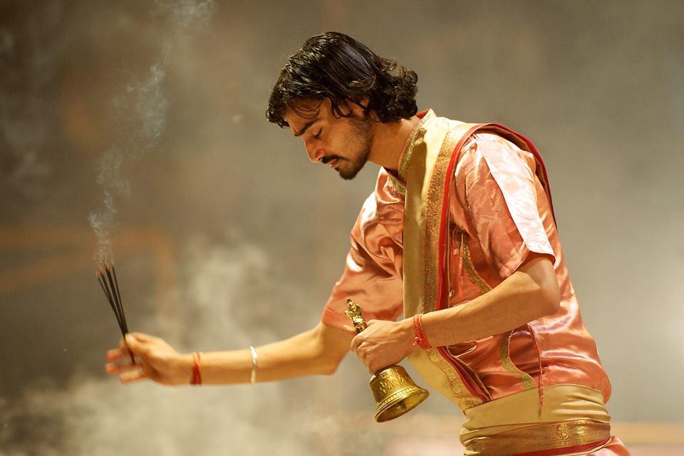 Защо хиндуистите използват ароматни пръчици при почитането на боговете?